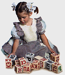 Девочка с кубиками